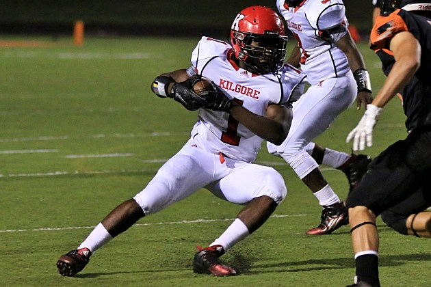 Kilgore's Ja'Quorius Smith carries the ball during the Bulldogs' game at Gladewater on Sept. 25. (Jim Frake, ETSN.fm)