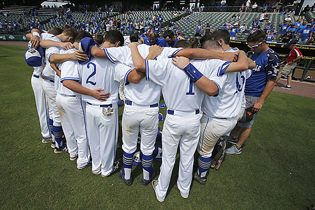 The Beckville baseball team prays after defeating Stamford during the 2016 UIL Class 2A state baseball semifinal in Round Rock. (Stephen Spillman, ETSN.fm)