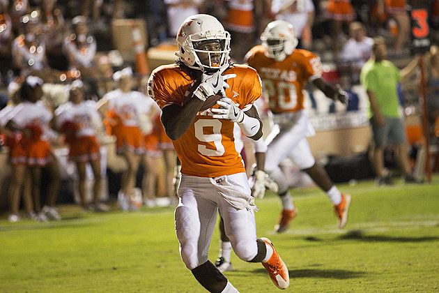 Texas High's Tevailance Hunt scores a touchdown catch during the Tigers' 37-7 win over Arkansas High on Sept. 2, 2016 in Texarkana. (ETSN.fm)