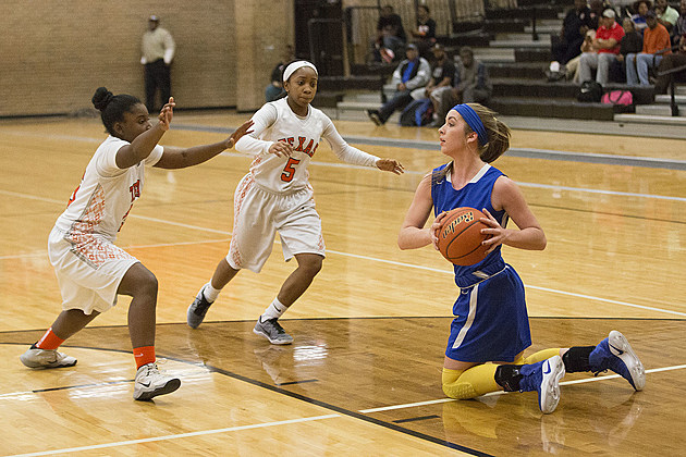 Sulphur Springs' Tori Moore recovers the loose ball as Texas High's Mia Wilson and Grace Brooks close in on Jan. 31. (ETSN.fm)