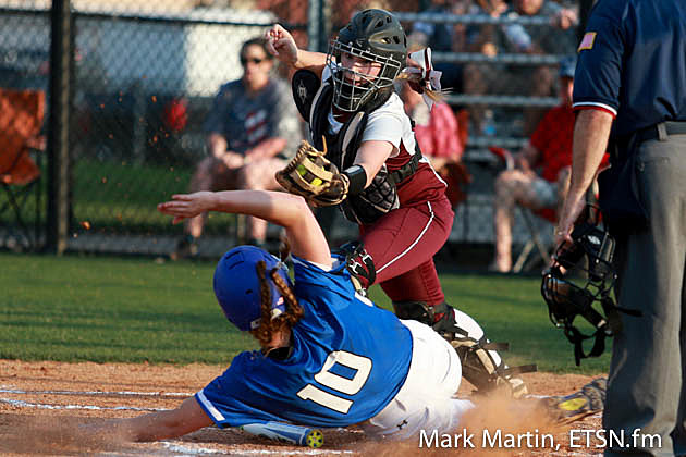 Lindale Lorin Reve slides under a tag, from Whitehouse Sierra Stone.
